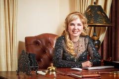 Vieille femme d'affaires dans le bureau photo libre de droits