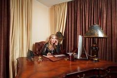 Vieille femme d'affaires sur le lieu de travail Photographie stock
