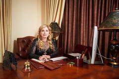 Vieille femme d'affaires sur le lieu de travail Photographie stock libre de droits
