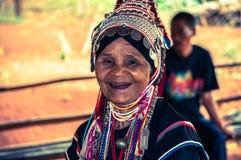 Vieille femme d'Akha photo stock
