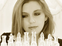Vieille femme de cinq ans des affaires beaux vingt avec le positionnement d'échecs image stock