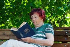 Vieille femme de lecture Photos stock