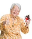 Vieille femme heureuse avec la crème glacée montrant le signe correct Photographie stock