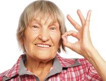Vieille femme heureuse montrant le signe correct Image stock