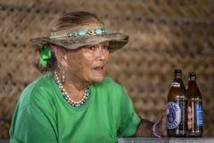 Vieille femme polynésienne avec de la bière - Polynésie française Image stock