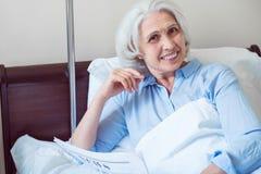 Vieille femme positive à la salle d'hôpital photo stock