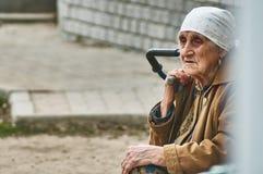 Vieille femme russe vendant des pommes de terre (région de Kaluga) Photos stock