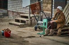 Vieille femme russe vendant des pommes de terre (région de Kaluga) Photographie stock