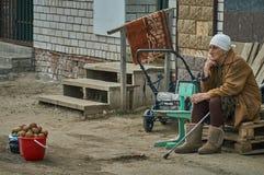 Vieille femme russe vendant des pommes de terre (région de Kaluga) Photo libre de droits