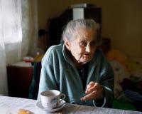 Vieille femme seule Image libre de droits