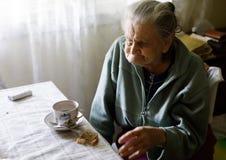 Vieille femme seule Images libres de droits
