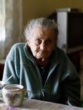 Vieille femme seule Photos libres de droits