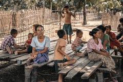 Vieille femme tatouée avec sa famille, Myanmar Image stock