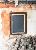 Vieille fenêtre abandonnée avec des cubes Image libre de droits