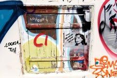 Vieille fenêtre avec le graffiti à Athènes, Grèce photo stock