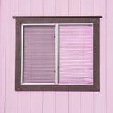 Vieille fenêtre avec les abat-jour de fenêtre en plastique avec les murs en bois Photo libre de droits