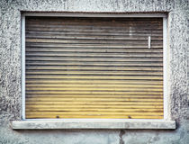 Vieille fenêtre avec les abat-jour de rouleau en bois Photo libre de droits