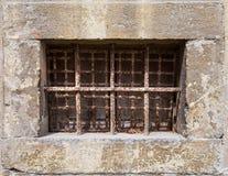 Vieille fenêtre avec les barres rouillées Image stock