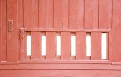 Vieille fenêtre avec les volets en bois Images libres de droits