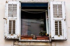 Vieille fenêtre blanche en bois Photographie stock libre de droits