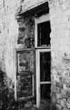 Vieille fenêtre cassée d'une maison abandonnée Photo stock