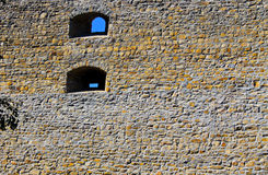 Vieille fenêtre dans le mur en pierre de château Photos libres de droits