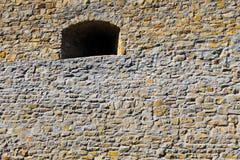 Vieille fenêtre dans le mur en pierre de château Photographie stock libre de droits