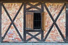 Vieille fenêtre dans un mur de briques Photographie stock libre de droits