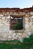 Vieille fenêtre dans une maison abandonnée Images libres de droits