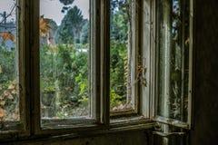 Vieille fenêtre dans une maison abandonnée Image libre de droits