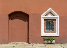 Vieille fenêtre dans une maison de brique L'entrée est établie avec des briques Mur de Brown photo stock