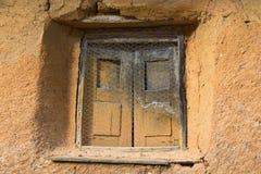 Vieille fenêtre de hHouse dans Adobe images stock