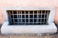 Vieille fenêtre de sous-sol Photographie stock libre de droits