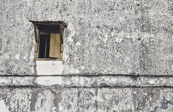 Vieille fenêtre en bois avec le vieux, sale, foncé et noir mur grenu Photo libre de droits