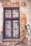 Vieille fenêtre en bois avec les fenêtres cassées Image libre de droits