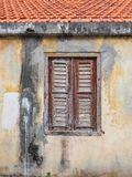 Vieille fenêtre en bois jaune - vues du Curaçao de secteur de Petermaai image libre de droits