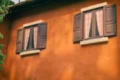 Vieille fenêtre en bois sur le mur orange Photos libres de droits