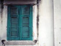 Vieille fenêtre en bois verte et mur blanc du bâtiment images libres de droits