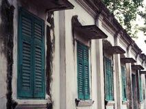 Vieille fenêtre en bois verte et mur blanc du bâtiment image libre de droits