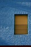 Vieille fenêtre jaune dans le mur bleu-clair Photo libre de droits