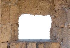 Vieille fenêtre médiévale de cadre de château avec l'espace blanc pour le message publicitaire Photographie stock libre de droits