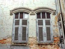 Vieille fenêtre néoclassique en bois photo libre de droits