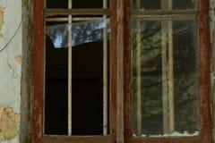 Vieille fenêtre sur le mur avec le gril Photographie stock libre de droits