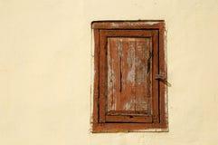 Vieille fenêtre sur le mur jaune pâle image libre de droits