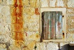 Vieille fenêtre sur une maison de pêche par la mer image stock