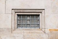 Vieille fenêtre verrouillée sur le mur de briques Images libres de droits