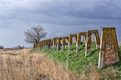 Vieille ferme abandonnée Structures en béton détruites Le paysage sombre avec l'arbre isolé et les nuages foncés Photos stock