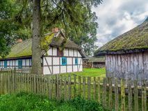 Vieille ferme en bois dans Kluki, Pologne Image stock