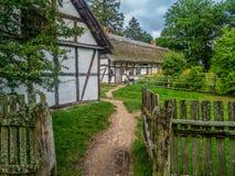 Vieille ferme en bois dans Kluki, Pologne Photographie stock