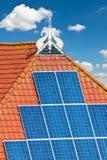 Vieille ferme néerlandaise avec les panneaux solaires sur le toit Photographie stock